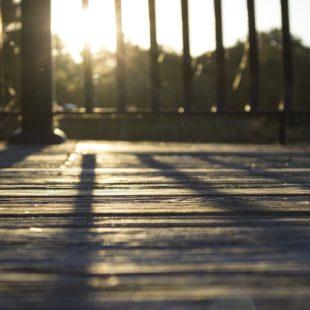 כל הסיבות להתקין דקים בגינות ביתיות